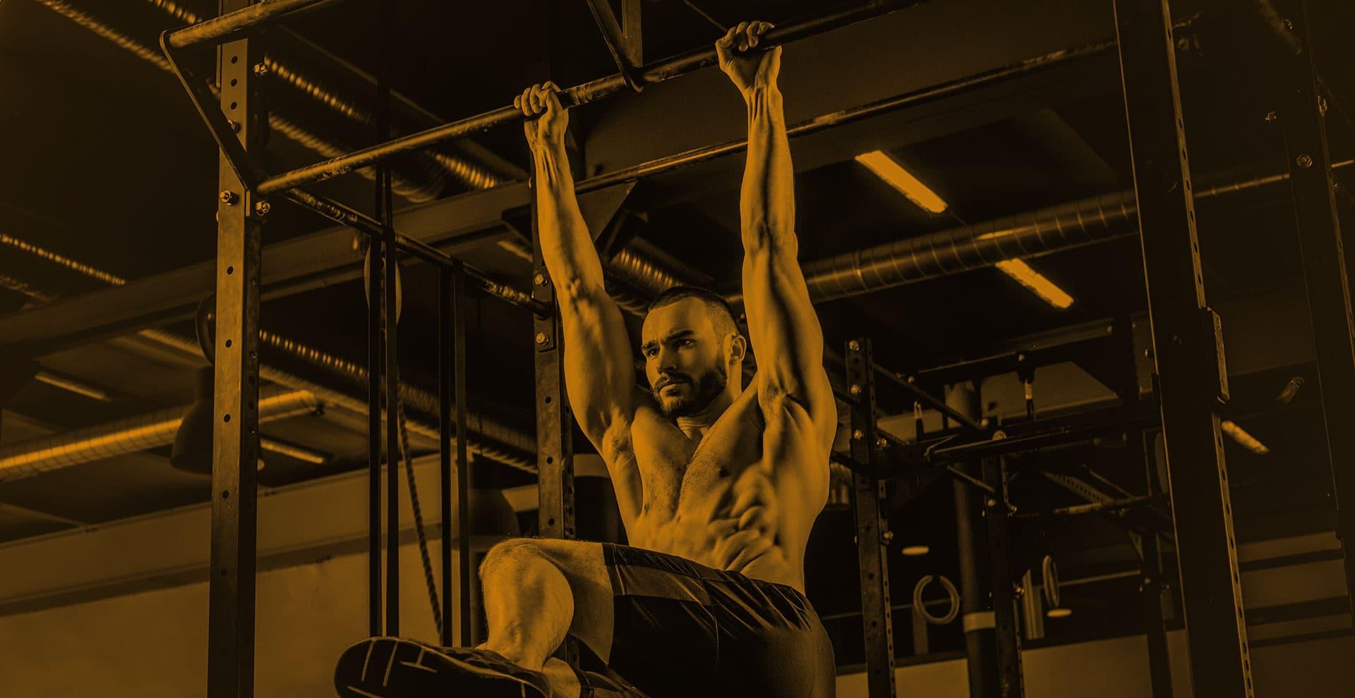 CrossFit chico entrenando abdominadas gimnasio